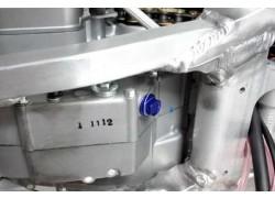 Detalle del tornillo magnético de drenaje ZETA RACING.